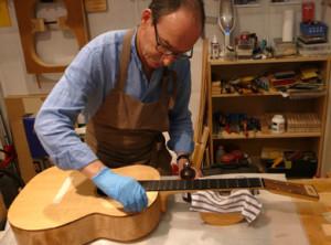 Proses pembuatan gitar akustik