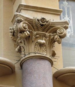 Ukiran pada bagian atas pilar Composite