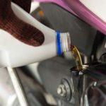 Benarkah Kerja Oli Motor Lebih Berat dibanding Oli Mobil?